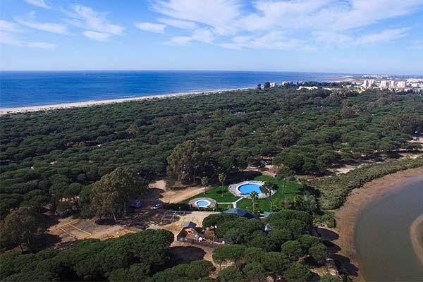 Vista aérea del Camping Giralda y Kampaoh Isla Cristina junto a la playa