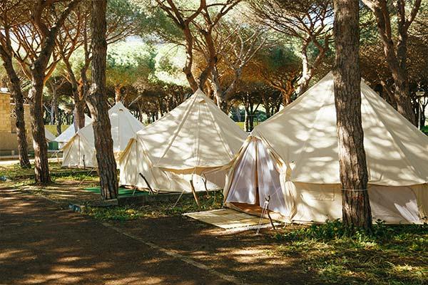 Tiendas montadas para acampar en Tarifa sin líos