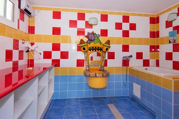 Aseos-baños infantiles en el Camping de Marbella