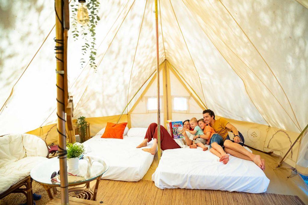 Foto de escapadas baratas en camping en tienda de campaña económica