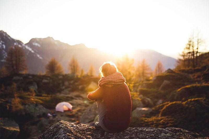 Foto de joven de acampada en invierno