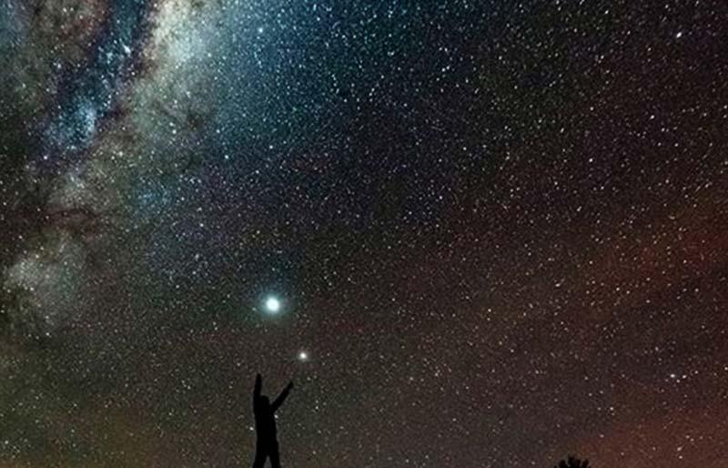Constelaciones en el cielo nocturno en campings
